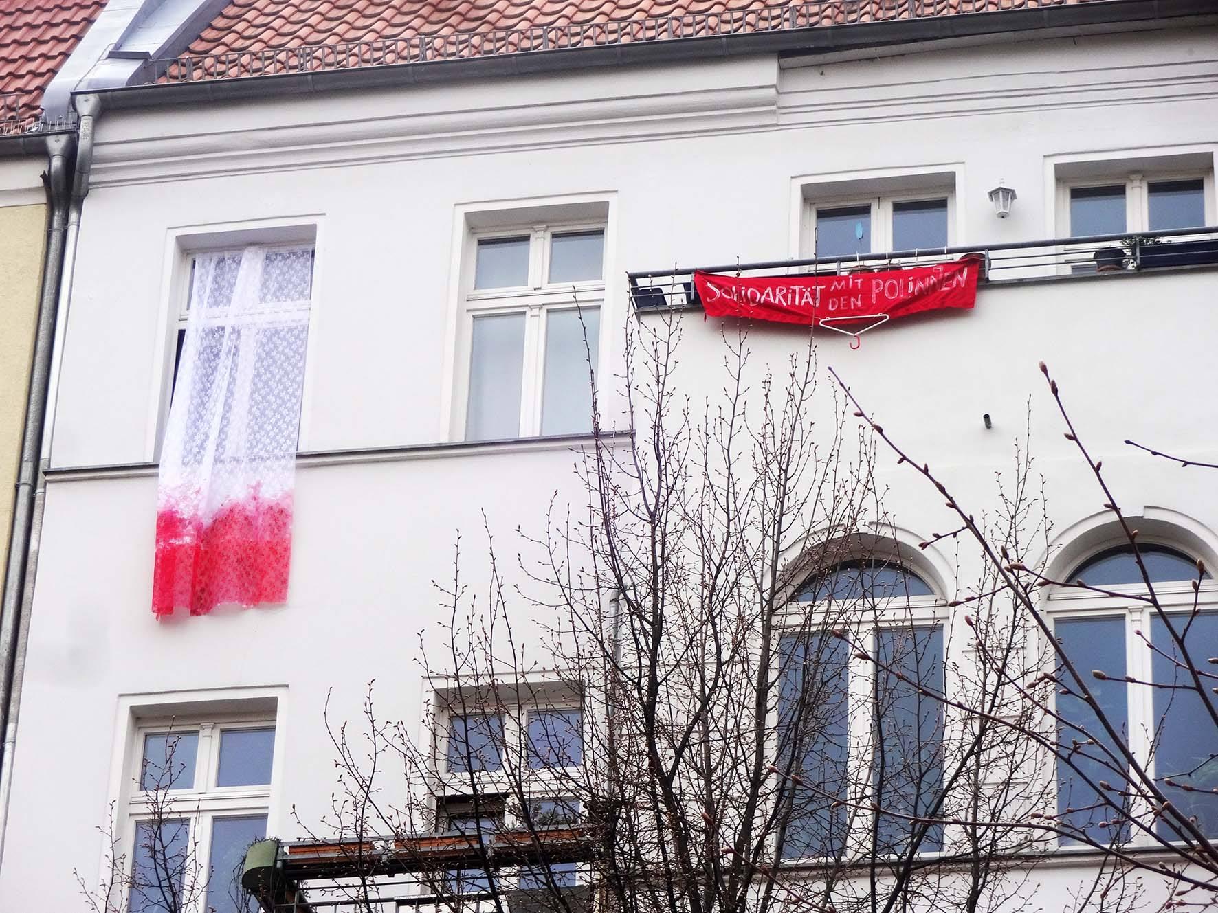 Prywatny koronkowy protest, Polska flaga na moim balkonie, kwiecień 2016, Berlin