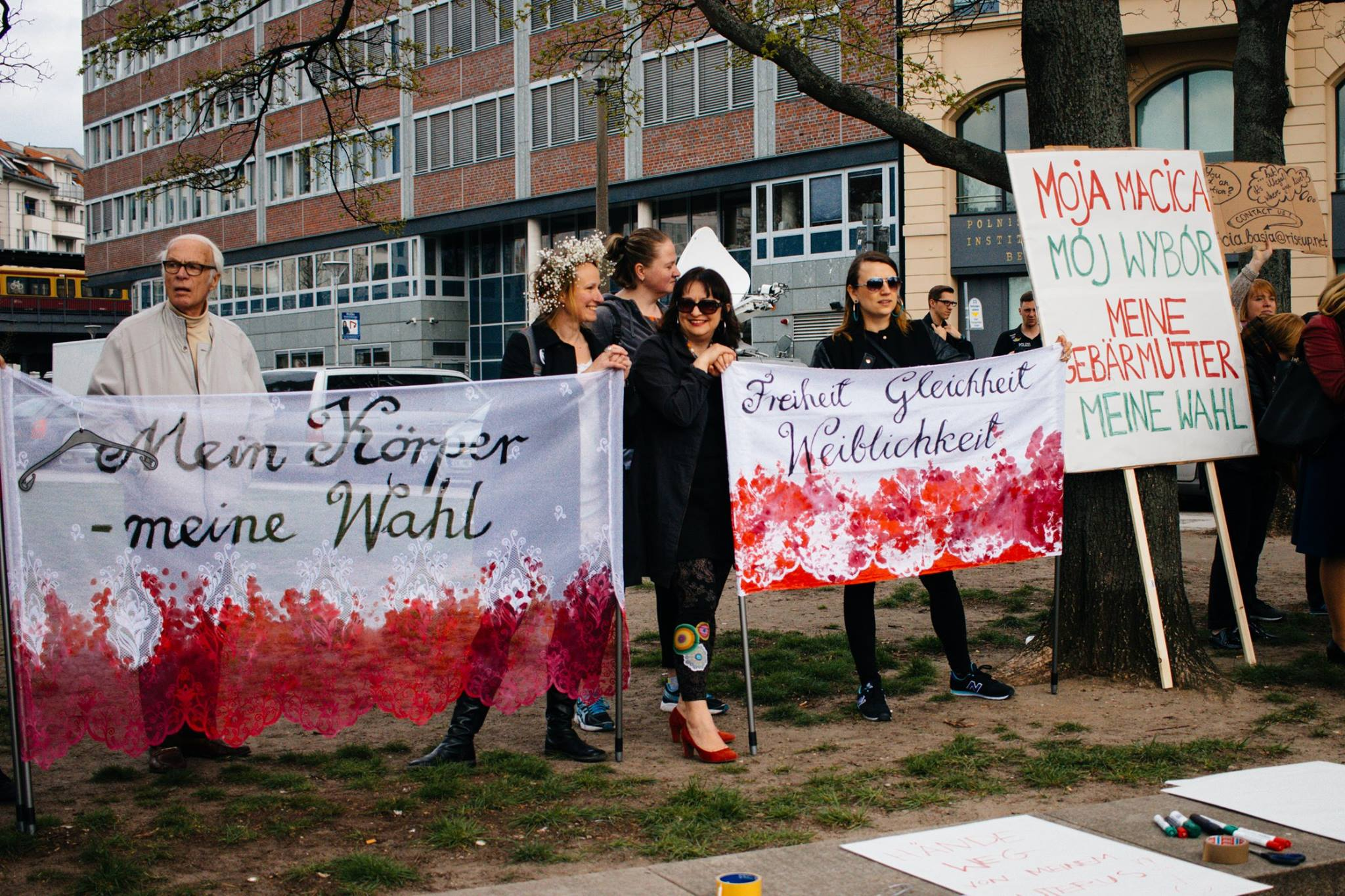 Transparenty wykonane na pierwszą demonstrację Dziewuch, Berlin, kwiecień 2016, Foto: Wojtek Drozdek